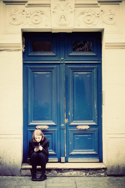 Devant la porte bleu