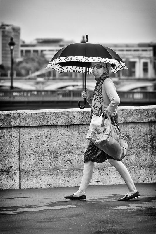 Regard en coin sous un parapluie avec des points