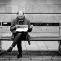 L'art et la maniere de lire un quotidien sur un banc