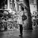 Un autoportrait du haut de ses talons et sous la pluie