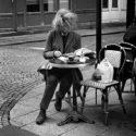 Lectrice en terrasse