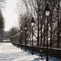 Une suite de lampadaires avec de la neige