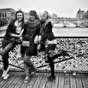 Jeunes filles sur le pont des arts