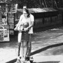 En couple sur une patinette