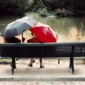 Parapluies sur un banc public