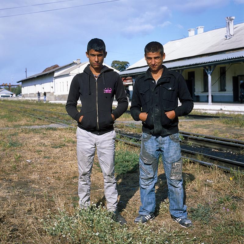 [Ukraine 2019] Vinohradiv est une petite ville du sud ouest de l'Ukraine située à proximité de la frontière Roumaine. Elle accueille une importante communauté Rom, souvent modeste, partie de Roumanie où ils sont particulièrement mal considérés. Deux d'entre eux m'interpellent à la gare où j'attendais l'express pour Kiev. Ils reconnaissent immédiatement l'appareil argentique et veulent poser. Je les prends en photo mais ils s'imaginent qu'une vue Polaroïd sortirait du dos de l'Hasselblad. Ils sont désappointés sur le coup mais repartent avec une poignée de main et un sourire... Je n'aurai probablement jamais l'occasion de leur montrer cette photo d'eux.