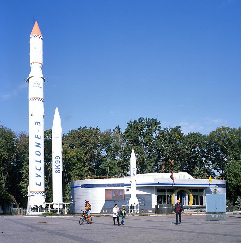 [Ukraine 2019] La ville de Dnipro (anciennement Dnipropetrovsk) est l'une des grandes villes industrielles du pays. Toujours active, elle est historiquement connue pour les recherches, la conception et la fabrication de missiles pour l'URSS. Si cette activité a cessé aujourd'hui, un parc la commémore dans le centre ville. Voilà un lieux intriguant !