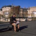 Un journal et une vue sur Paris